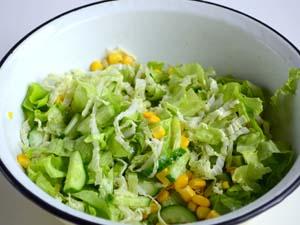 Салат из огурцов, капусты и кукурузы фото - 6
