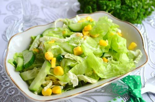 Салат из огурцов, капусты и кукурузы фото