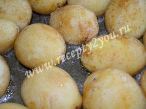 Молодой картофель с чесноком запеченный в духовке фото 6
