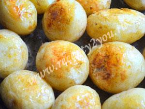 Молодой картофель с чесноком запеченный в духовке фото 7