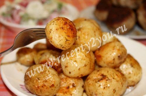 Молодой картофель в духовке с пряностями