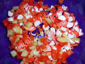 Салат с крабовыми палочками и болгарским перцем фото 2