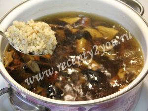 Суп из сушеных грибов с перловкой фото 8
