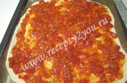 Пицца с колбасой, сыром и помидорами фото 12