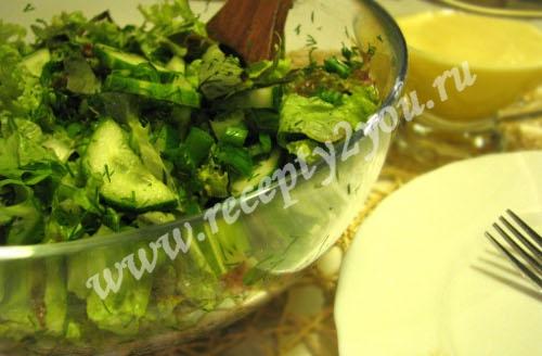 Салат из салатных листьев с огурцом