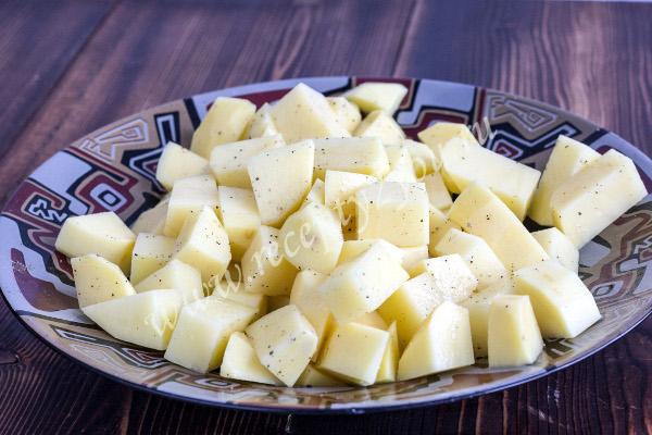 порезать картофель кубиками