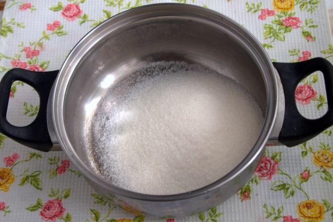 Сахар в сотейнике