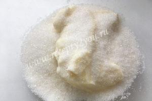 Взбить масло и сахар