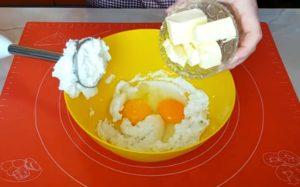 Творог с яйцами и сливочным маслом