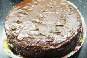 Залить глазурью торт