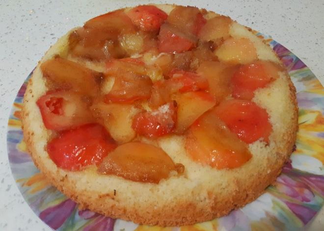 Шарлотка яблоками в карамели